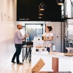 Un bar de zumos de líneas minimalista y escandinavas