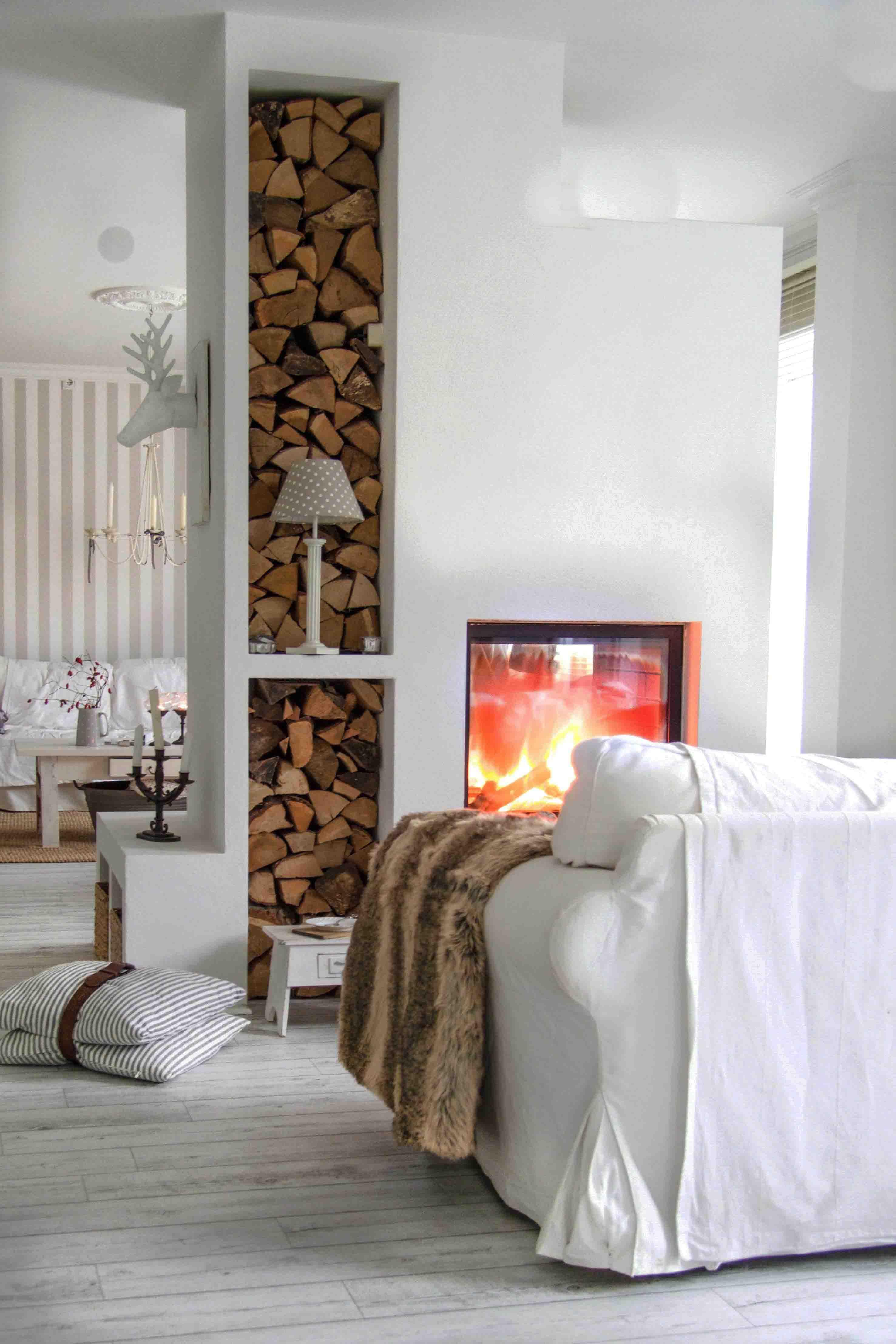 Weißes Wohnzimmer mit Kamin