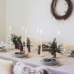 Mesa de Navidad con una decoración sencilla