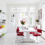 Un salón-comedor lleno de luz y color