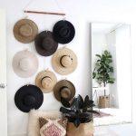 Sombreros colocados en la pared