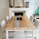 Mesas protagonistas del comedor hechas con tablones de madera